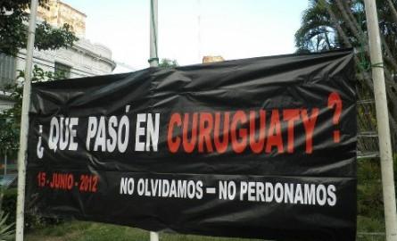 """Imagen de de una bandera con laleyenda """"que pasó en curuguaty 15 de junio de 2012"""" """"no olvidamos - no perdonamos"""""""