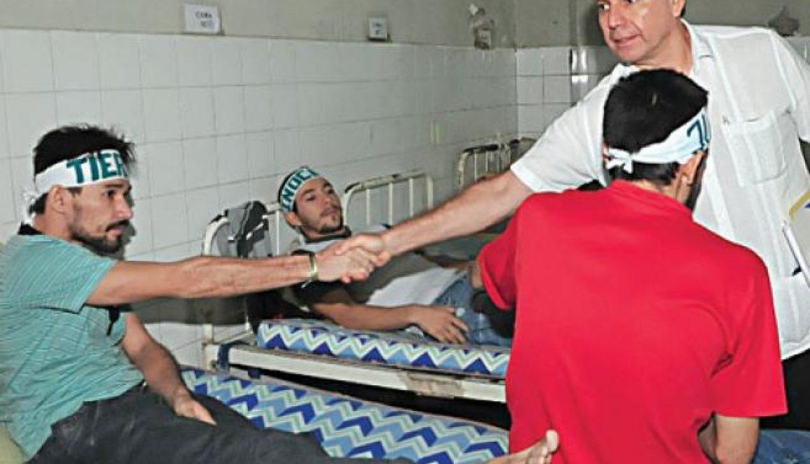 Huelguista en huelgade hambre le pasa la manoal medicoque lo atiende